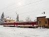 T�rj�nk �t m�sodik�t k�peire: a 813 027-8 p�lyasz�m� ikermotorkocsi Margitfalva �llom�son (Margecany, Szlov�kia)