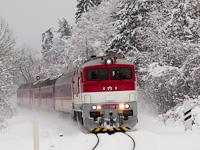 A ŽSSK 757 008-8 húzza a Horehronec gyorsvonatot Gölnicbánya és Máriahuta-Zakárfalva között