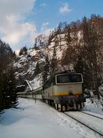 A ŽSSK 754 035-4 pályaszámú Búvár a Streűno gyorsvonattal Čremošné és Harmanec Jaskyňa között a besztercebányai oldalon, két rövid alagút között
