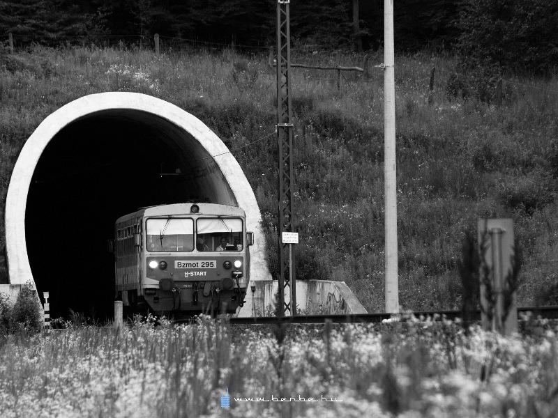 Bzmot 295 bukkan elõ a Zsuzsi-alagútból fotó