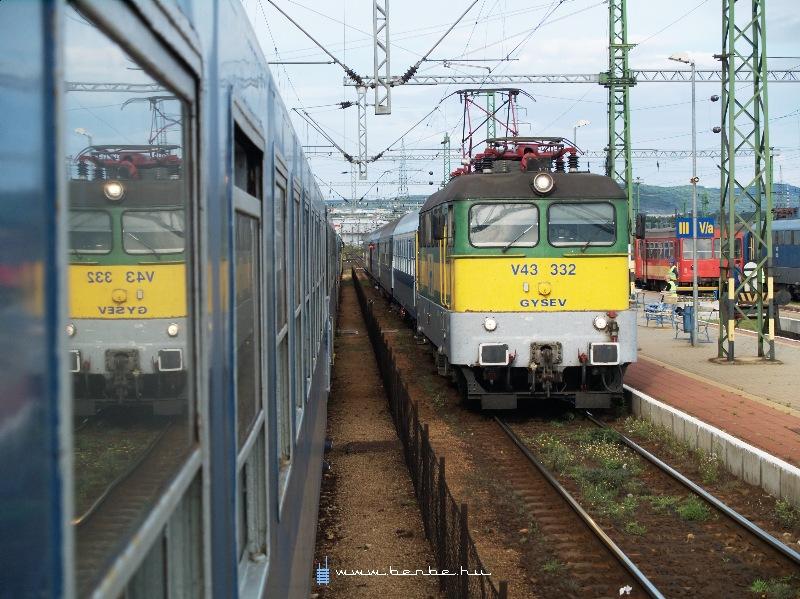 V43 332 Veszprémben állomáson fotó