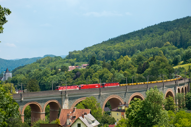 The ÖBB 1144 220, the 1016  picture
