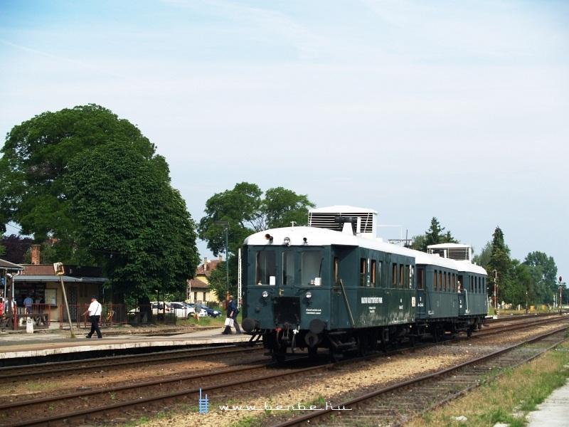 Az ABnymot 502 pályaszámú, háromtengelyes, hosszított Ganz mellékvonali motorkocsi Ócsa állomáson fotó