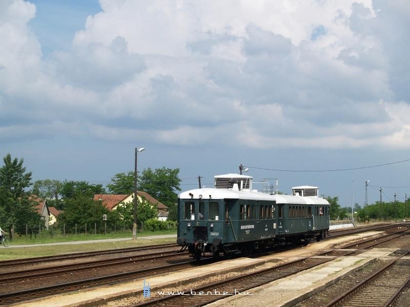 Az ABnymot 502 pályaszámú, háromtengelyes, hosszított Ganz mellékvonali motorkocsi Táborfalva állomáson fotó
