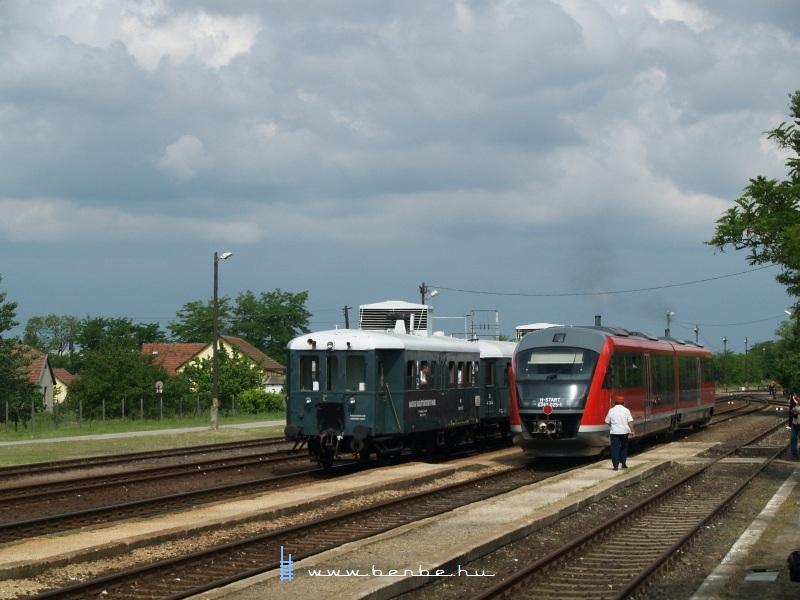 Az ABnymot 502 pályaszámú, háromtengelyes, hosszított Ganz mellékvonali motorkocsi és a 6342 025-1 pályaszámú Siemens Desiro Táborfalva állomáson fotó