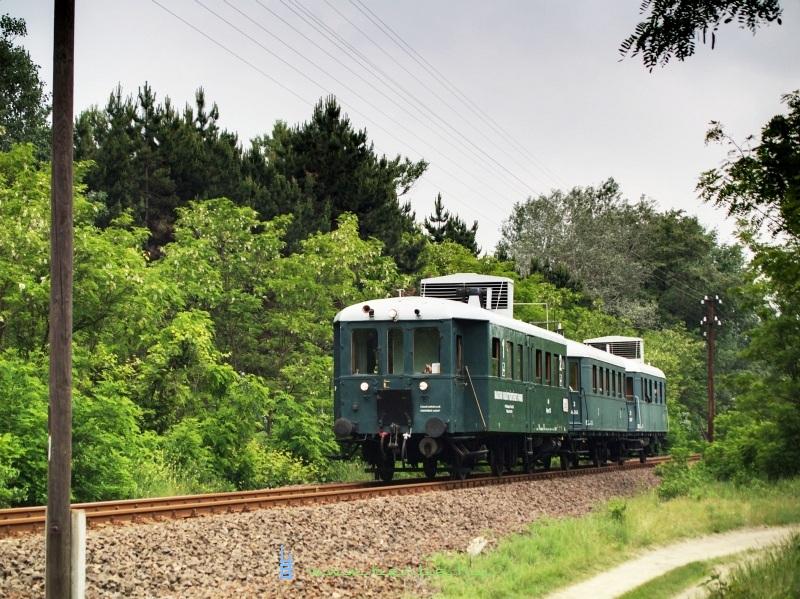 Az ABnymot 502 pályaszámú, háromtengelyes, hosszított Ganz mellékvonali motorkocsi Alsóménteleknél fotó