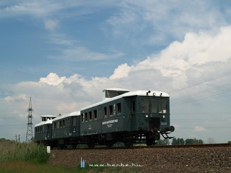 Az ABnymot 502 pályaszámú, háromtengelyes, hosszított Ganz mellékvonali motorkocsi Miklóstelep és Kecskemét-Máriaváros között fotó