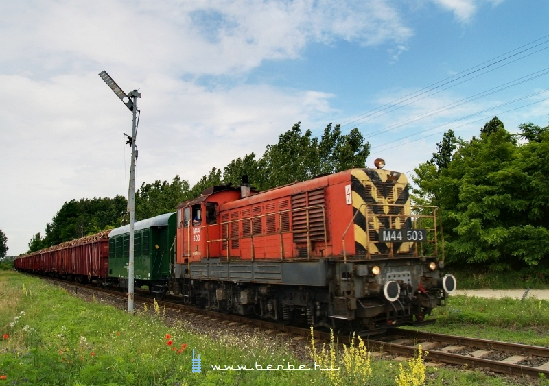 The M44 503 is pulling a magnificient freight train near Hetényegyháza photo