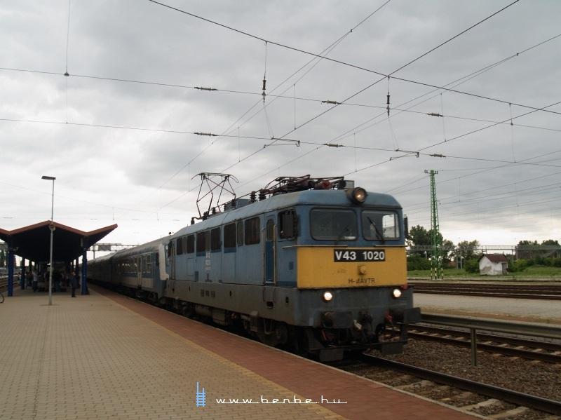 V43 1020 Cegléden fotó