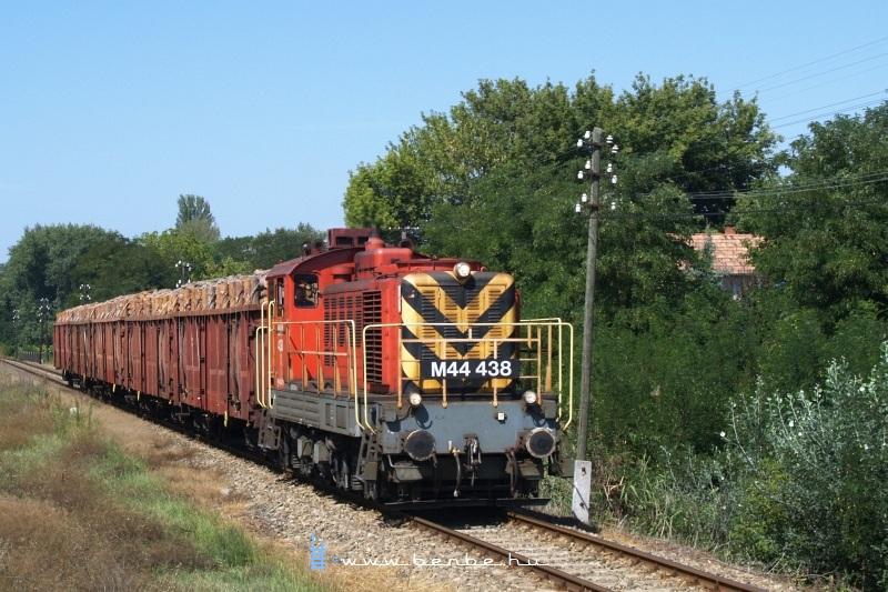 The M44 438 at Miklóstelep, on the Lajosmizse-Kecskemét line photo