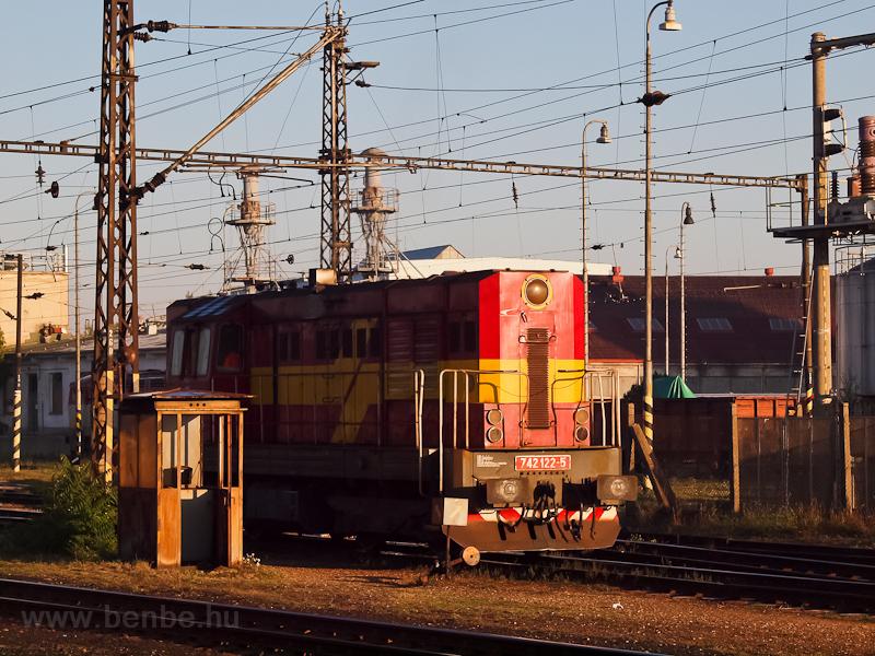 A ŽSSKC 742 122-5 Érsekújvár állomáson fotó