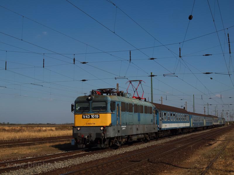 V43 1019 Nagyút állomáson fotó