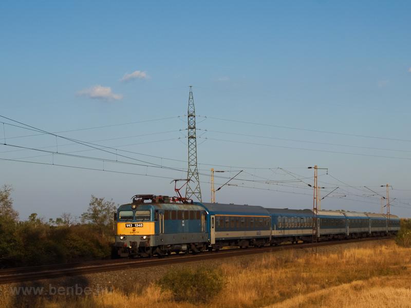 A V43 1348 étkezőkocsis IC-vonattal Nagyút és Ludas között fotó