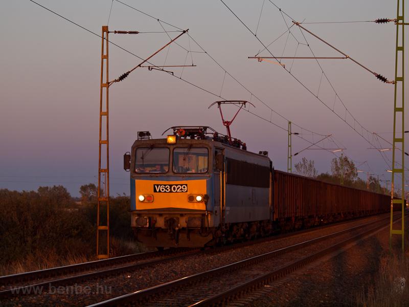 A MÁV-TR V63 029 tehervonattal Nagyút és Ludas között fotó
