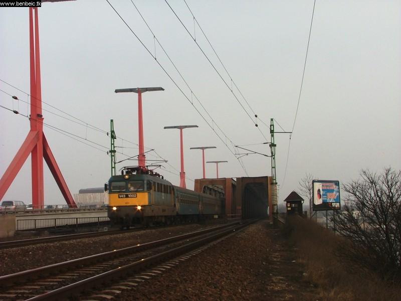 V43 1002 a Déli vasúti hídnál fotó