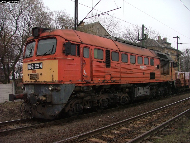The M62 254 at Ferencváros station photo