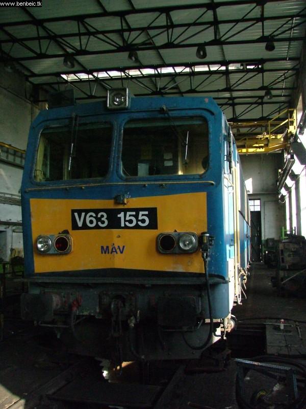 A süllyesztõ V63 155 hozzánk legközelebbi tengelyét emelte ki. fotó