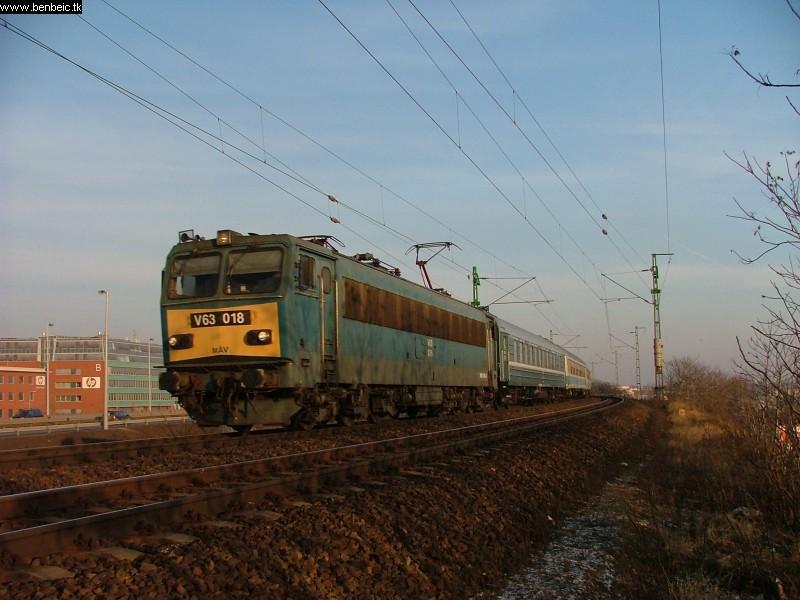 V63 018 a Lágymányosi híd közelében fotó