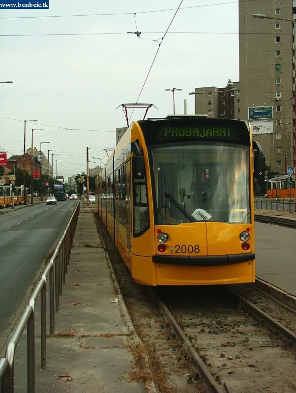 A 2008 pályaszámú Combino villamos a Bécsi út végállomáson fotó