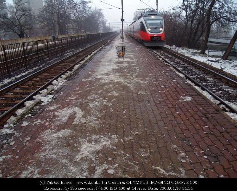 5342 010-5 az igen jeges Budafok-Belvárosi peron mellett vágtat el fotó