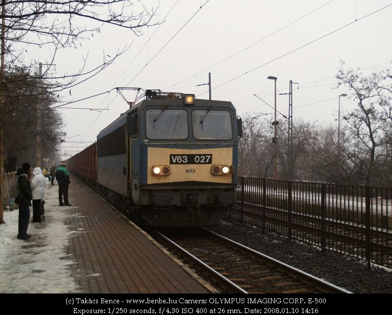 V63 027 combos tehervonattal dübörög át Budafok-Belváros megállóhelyen fotó