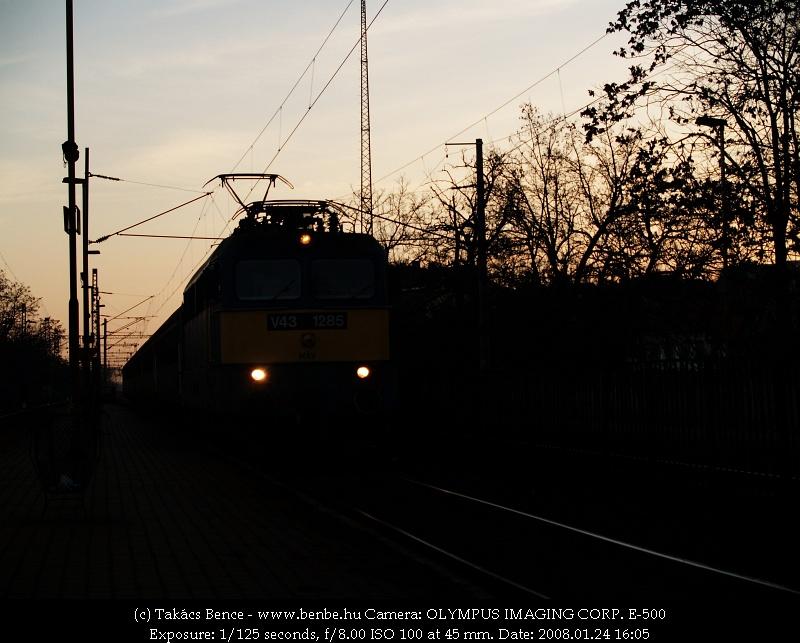 V43 1285 a budafoki naplementében fotó