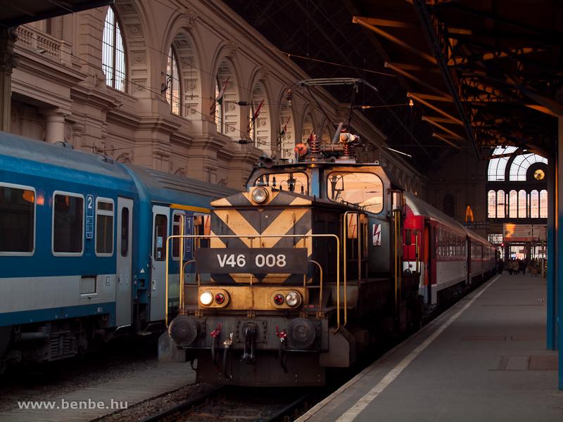 V46 008 tolat a Rákóczi IC-vel Budapest Keleti pályaudvaron fotó