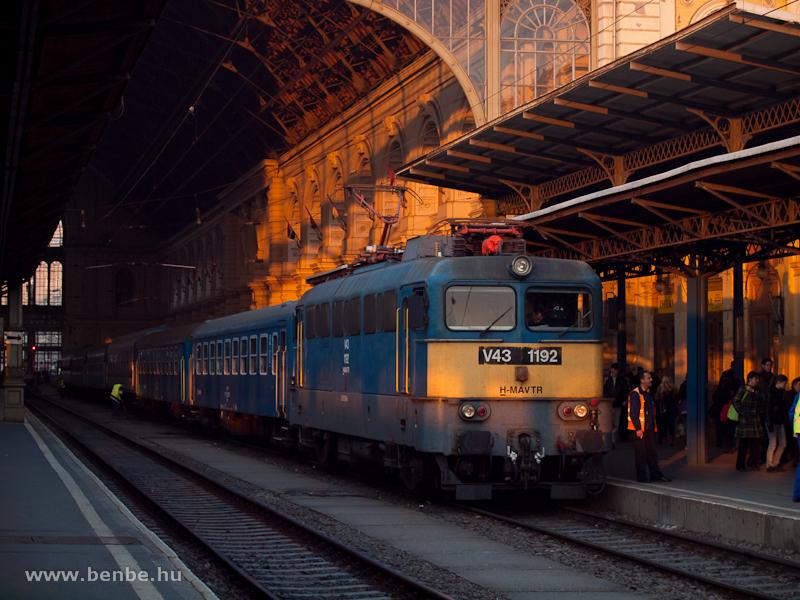 V43 1192 a sátoraljaújhelyi sebesvonattal a Keleti pályaudvaron fotó