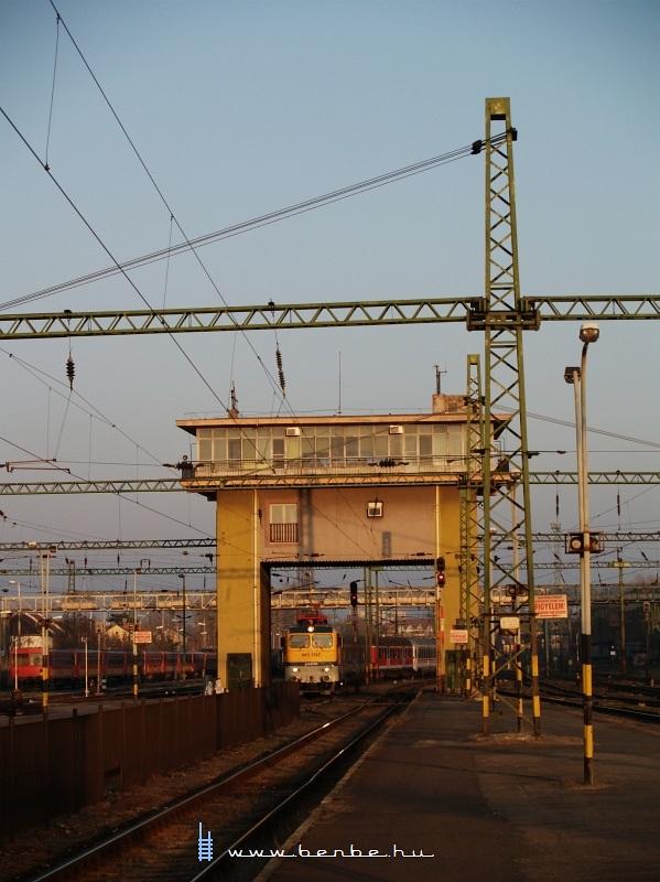 V43 3197 a székesfehérvári híd állítóközpont alatt fotó