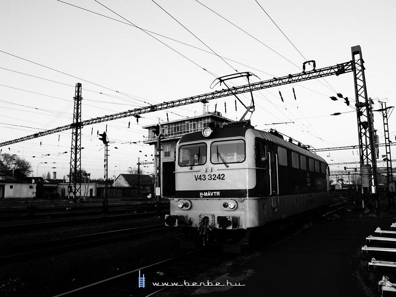 V43 3242 a székesfehérvári híd állítóközpontnál, a fûtõházban fotó