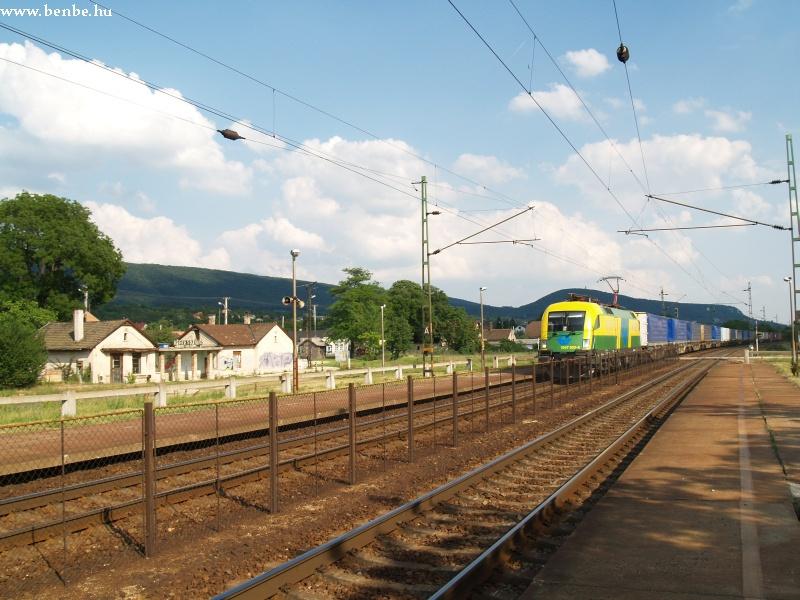 Csereszekrényekkel rakott vonatával Vértesszõlõsön vágtat át a 1047 503-6 fotó
