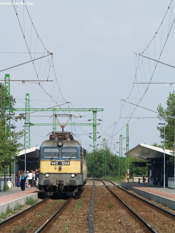 V43 1234 személyvonattal Érd felsõ megállóhelyen fotó