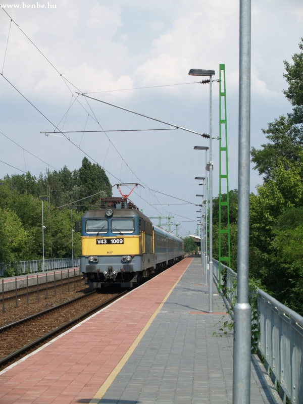 V43 1069 helytelen vágányon IC vonatával elõzi a szeméylt fotó
