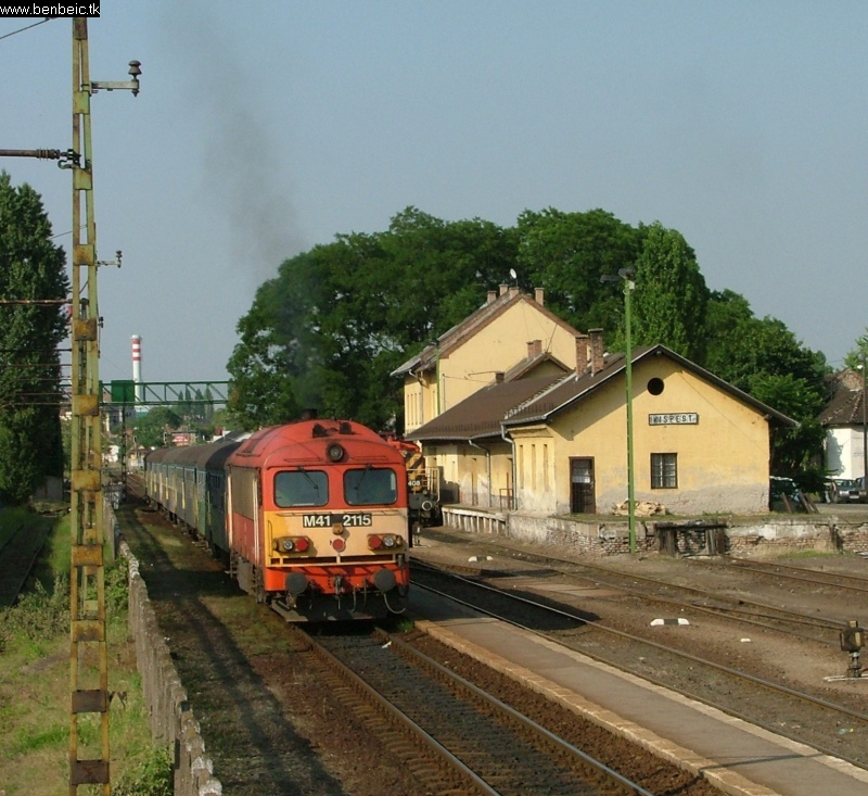 The M41 2115 with a Lajosmizse shuttle at Kispest station photo