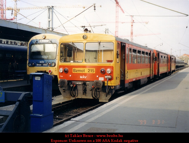 The Bzmot 215 with an Esztergom-bound train at the Nyugati pu. photo