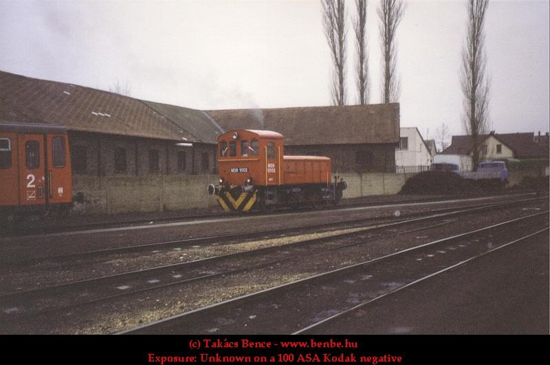 M28 1002 régi festésû piros Bzx kocsikat rendez Kecskemét állomáson fotó