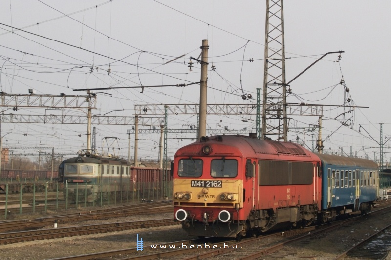 The M41 2162 and the ZSSK Cargo 183 044-7 at Chop (Чол) station photo