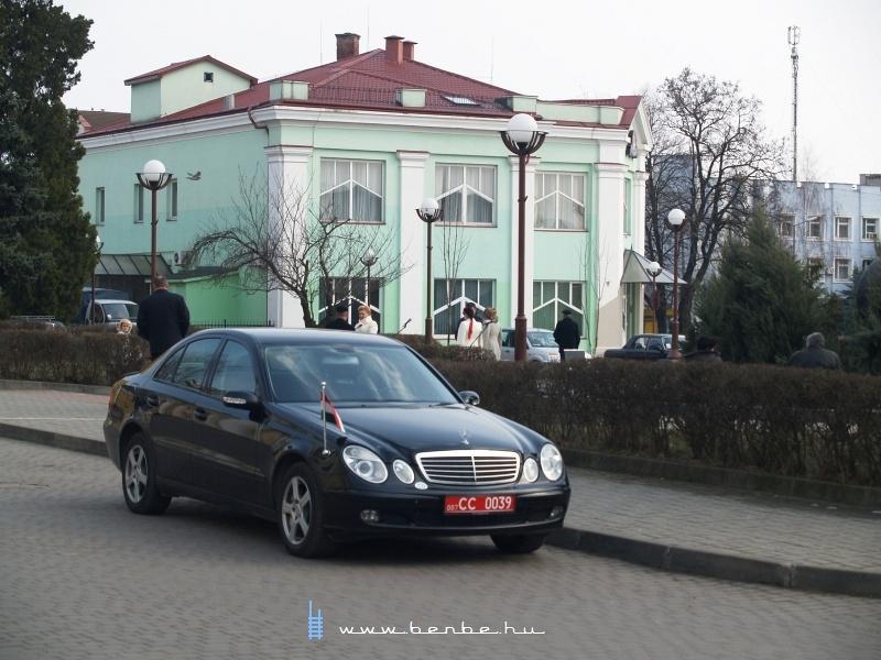 Az utasok fogadására érkezett küldöttség egy autója Csapon fotó