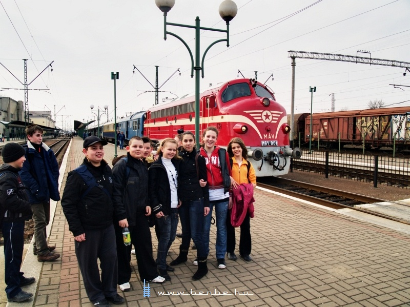 The M61 001 and a group of pupils at Chop (Чол) station photo