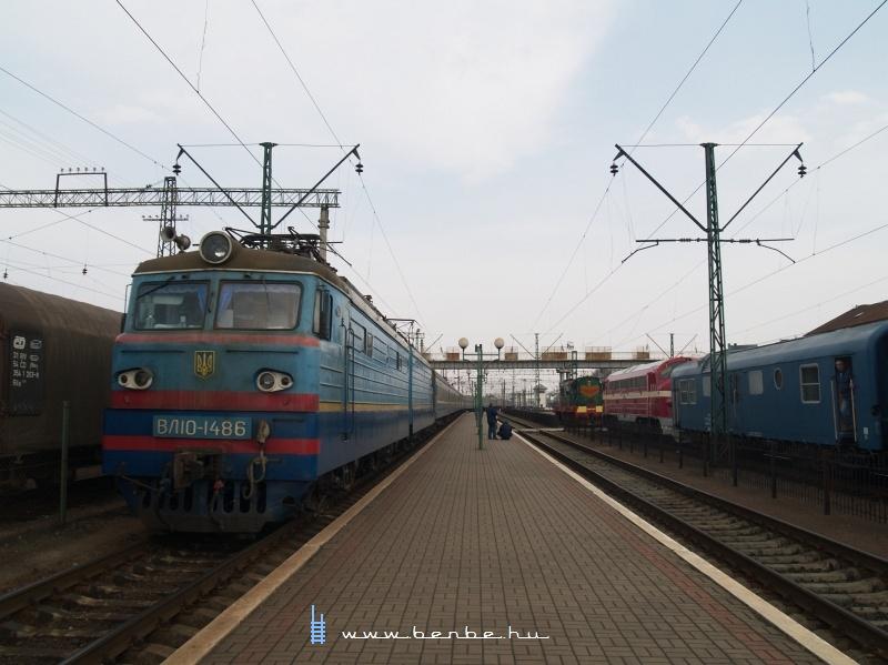 VЛ10-1486 Csap (Чол) állomáson a Kárpátalja-expressz mellett fotó