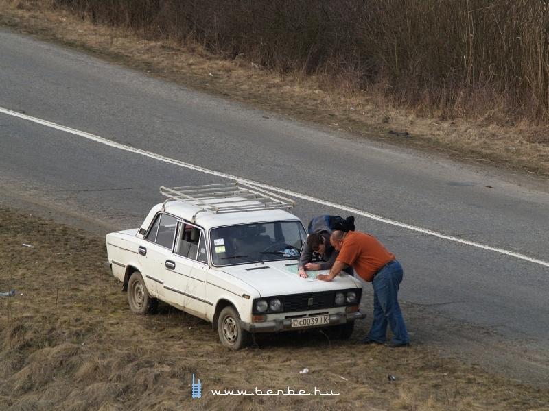 Attila és a sofőrünk térképet elemeznek fotó