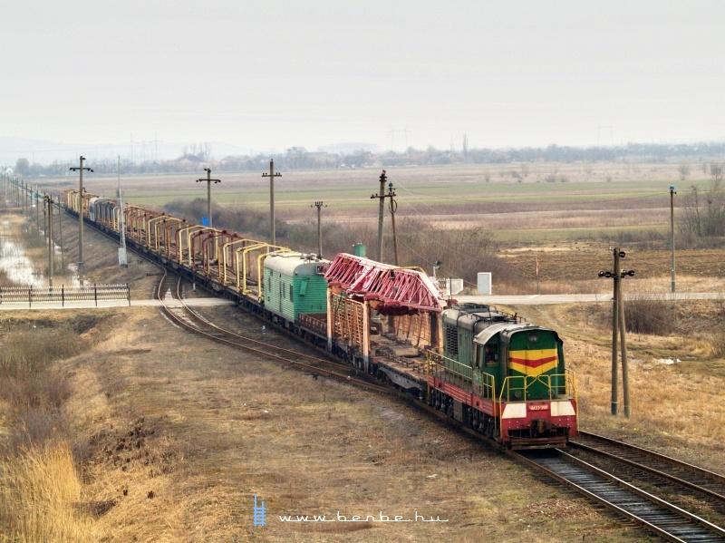 ЧМЭ-3181 egy sínmezőfektető vonattal Bótrágy (З.П. БАТРАДЬ) és Bátyú (БАТЬОВО-ПАС) állomás között a régi delta elágazásánál fotó