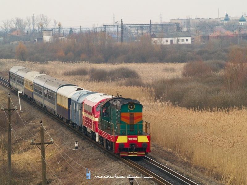 ЧМЭ3-3375 és M61 001 a Kárpátalja-expresszel Bátyú (БАТЬОВО-ПАС) állomás és Bótrágy (З.П. БАТРАДЬ) között a régi delta elágazásánál fotó