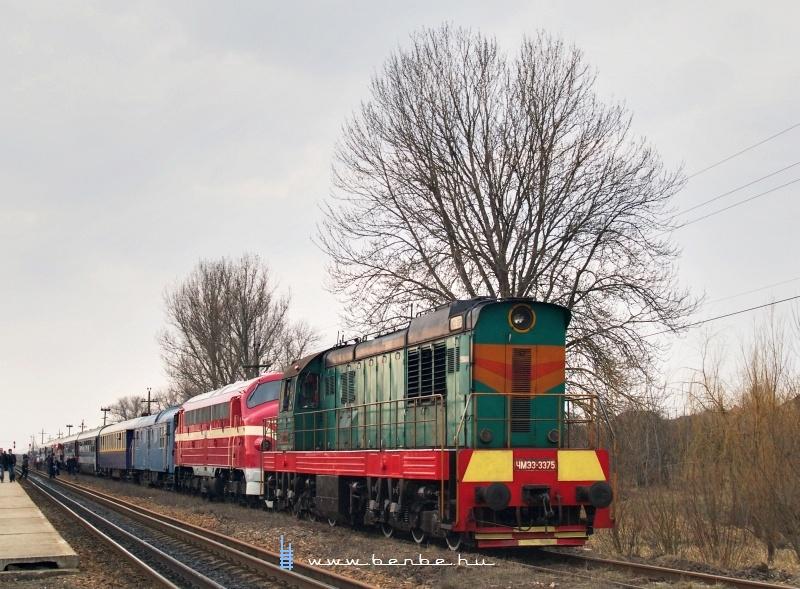 ЧМЭ3-3375 és M61 001 a Kárpátalja-expresszel Mezőkaszony (КОСИНИ) állomáson fotó
