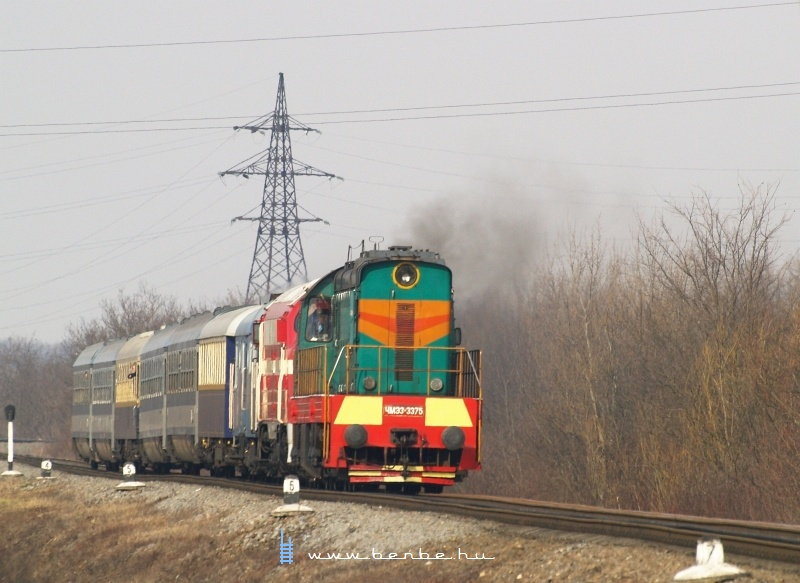 CsME3-3375 és M61 001 dolgozik, hogy hússzal előrevonszolják magukat a nagybaktai megállónál (Велика Бахта) fotó