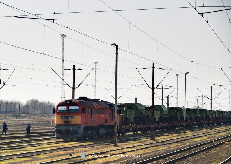 M62 053 katonavonattal Záhonyban fotó