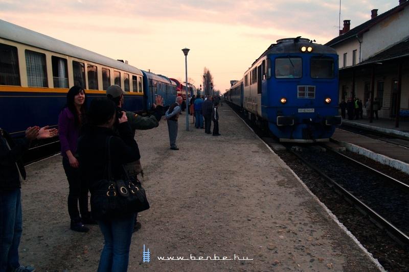 Girls gone wild - még a lányok is vonatot fotóznak fotó