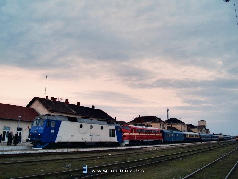 A Kárpátalja-expressz M61 001-gyel és a 65-1013-5 pályaszámú Jimmyvel Szatmárnémetiben fotó