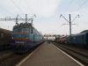 BЛ10-1486 Csap (Чол) állomáson a Kárpátalja-expressz mellett