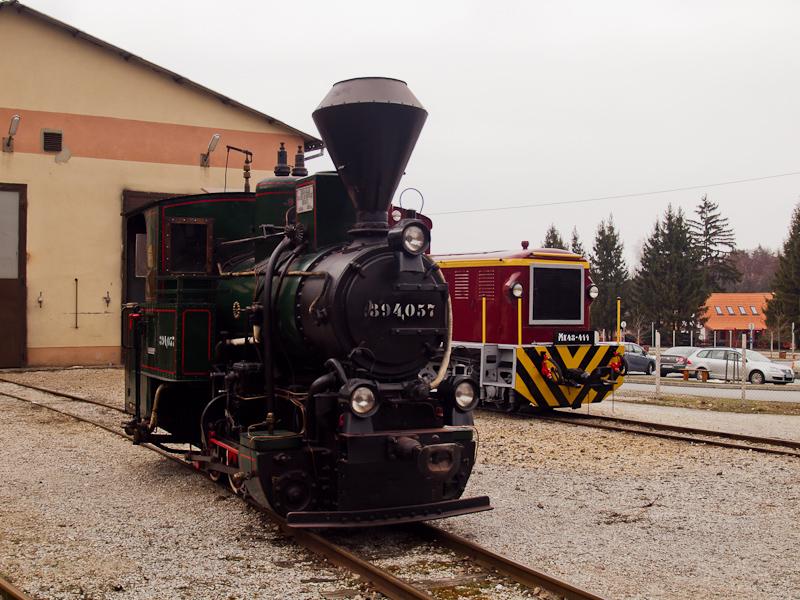 A Mátravasút Mk48-411-ese és a 394,057 Szilvásváradon, a fűtőházban fotó